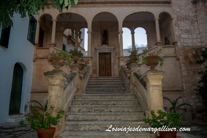 patio del palacio episcopal de Ciudadela, Menorca en temporada baja - Los viajes de Margalliver